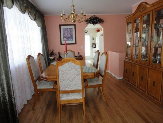 Dining room with sedona cherry laminate flooring